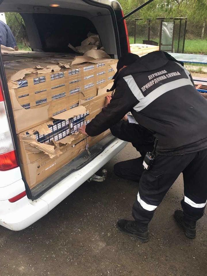 Монгольський дипломат через закарпатський кордон хотів провезти мікроавтобус, напакований цигарками: фото, фото-1