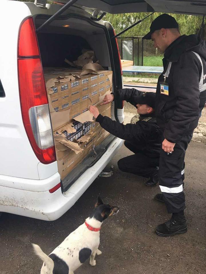 Монгольський дипломат через закарпатський кордон хотів провезти мікроавтобус, напакований цигарками: фото, фото-2