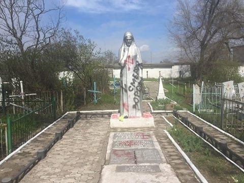 На мариупольском кладбище осквернили советский памятник (Дополнено, ФОТО), фото-1