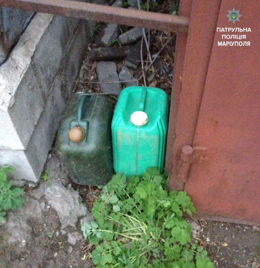 В Мариуполе поймали мужчину, который сливал бензин с автомобилей (ФОТО), фото-2