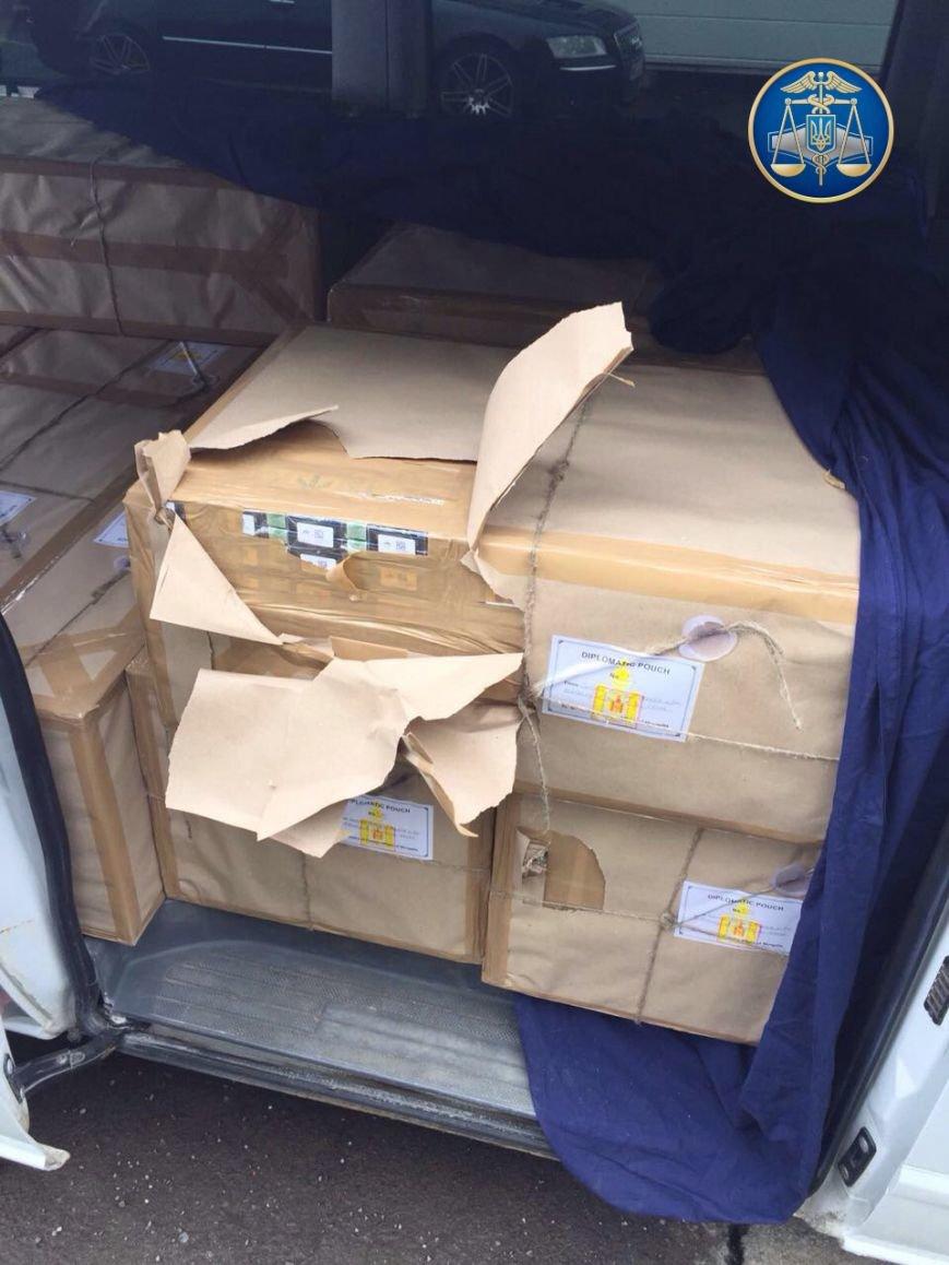 Як на Закарпатті СБУ та митники затримували дипломата з Монголії, який віз в Австрію цигарки на 200 тисяч гривень: відео, фото-2