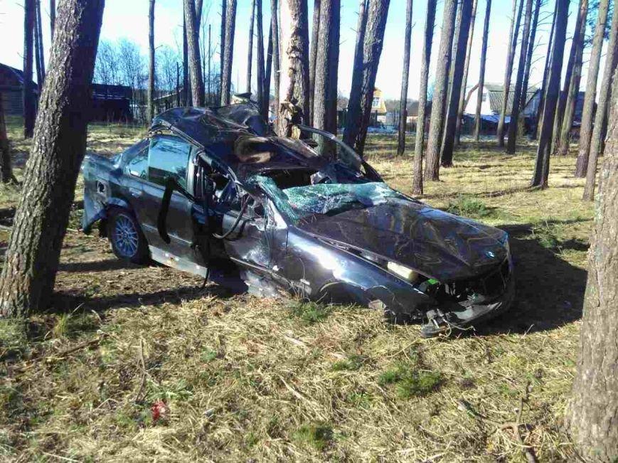 В Новополоцке BMW врезался в пень и перевернулся: водитель в реанимации, пострадала пассажирка, фото-1
