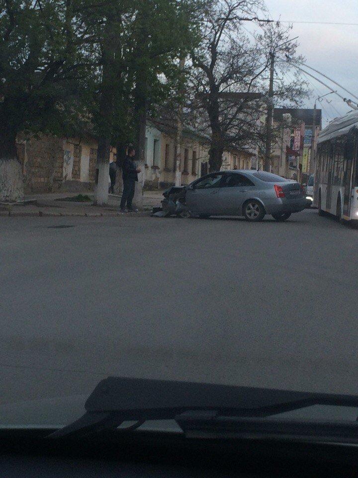 В Симферополе легковушка уходила от столкновения с другим авто и врезалась в столб (ФОТО), фото-1