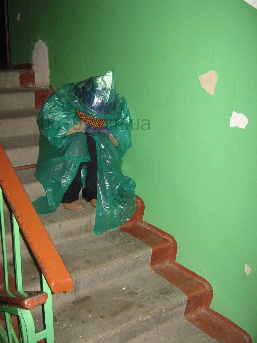 В подъезде мелитопольской многоэтажки живет женщина-бомж, фото-2