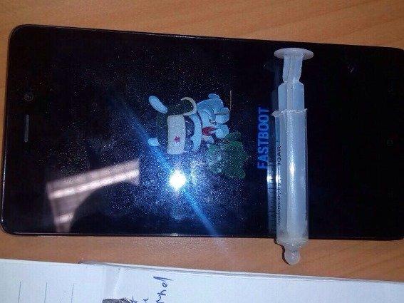 На Мукачівщині затримали неадекватного працівника підприємства зі шприцом, у якому був наркотик: фото, фото-1