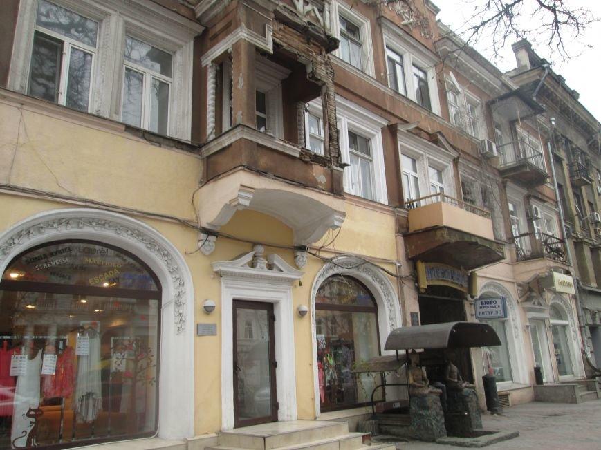 Одесса: На центральной улице прохожим угрожает опасный балкон (ФОТО), фото-5