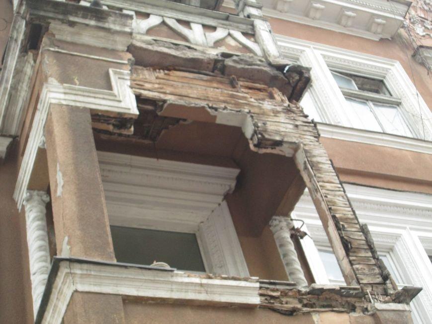 Одесса: На центральной улице прохожим угрожает опасный балкон (ФОТО), фото-1