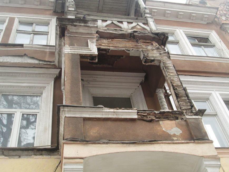 Одесса: На центральной улице прохожим угрожает опасный балкон (ФОТО), фото-2