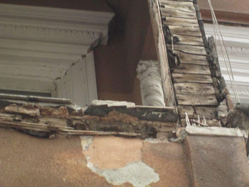 Одесса: На центральной улице прохожим угрожает опасный балкон (ФОТО), фото-3