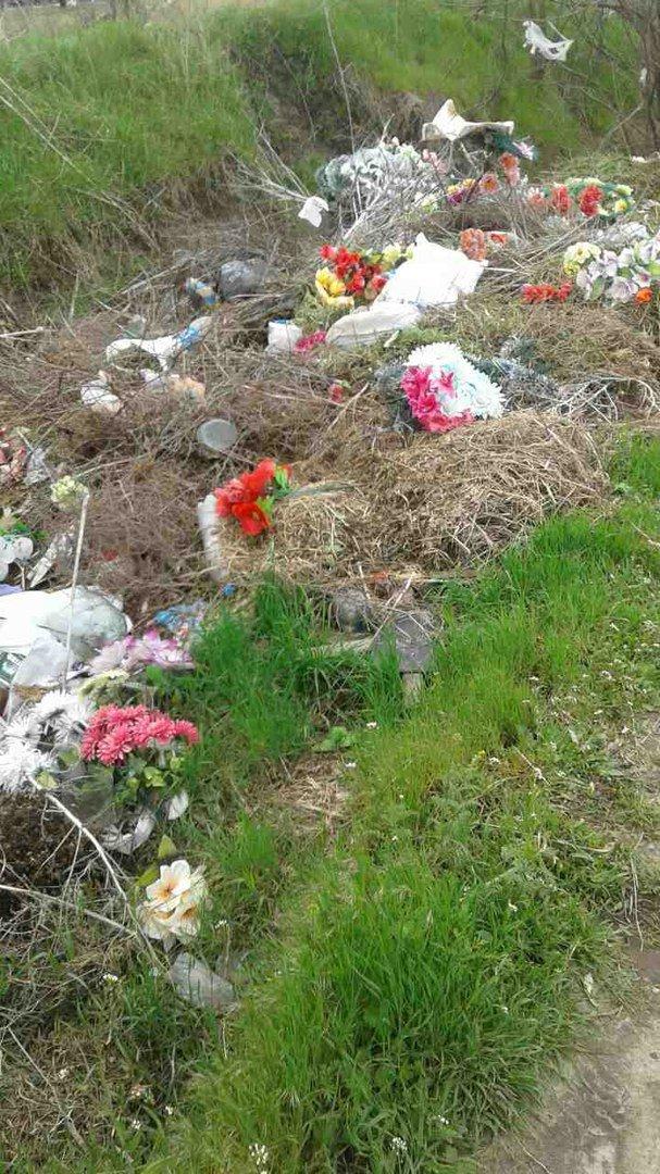 Мелитопольцы едут на кладбища и оставляют после себя мусор, фото-1