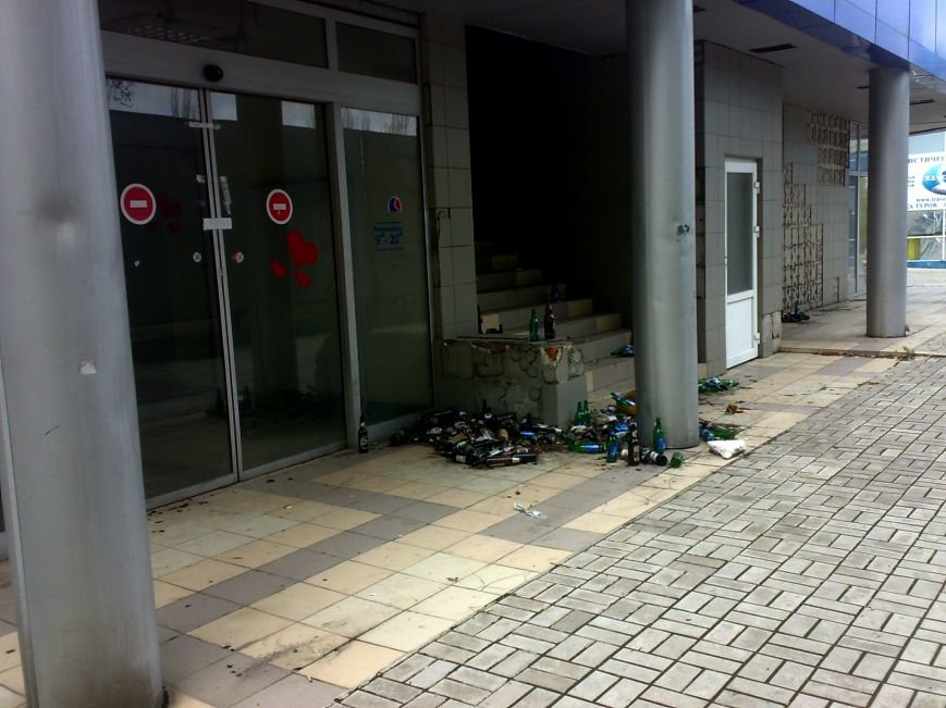 В Донецке эпохи «ДНР» торговый центр превратили в свалку (ФОТО), фото-1