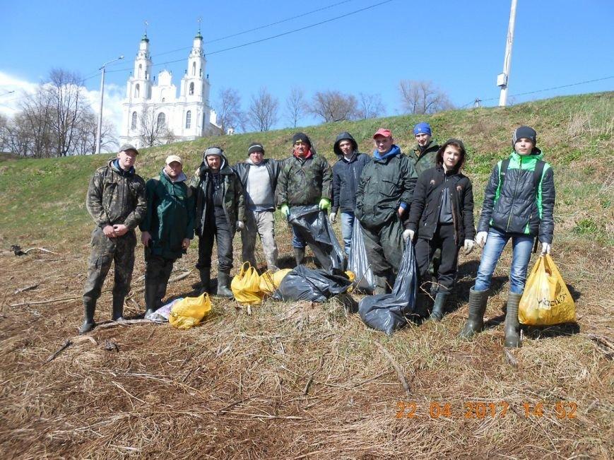 «За день загрузили 12 контейнеров мусора». Как рыбаки-волонтеры убирали берег Западной Двины. ФОТО, фото-13