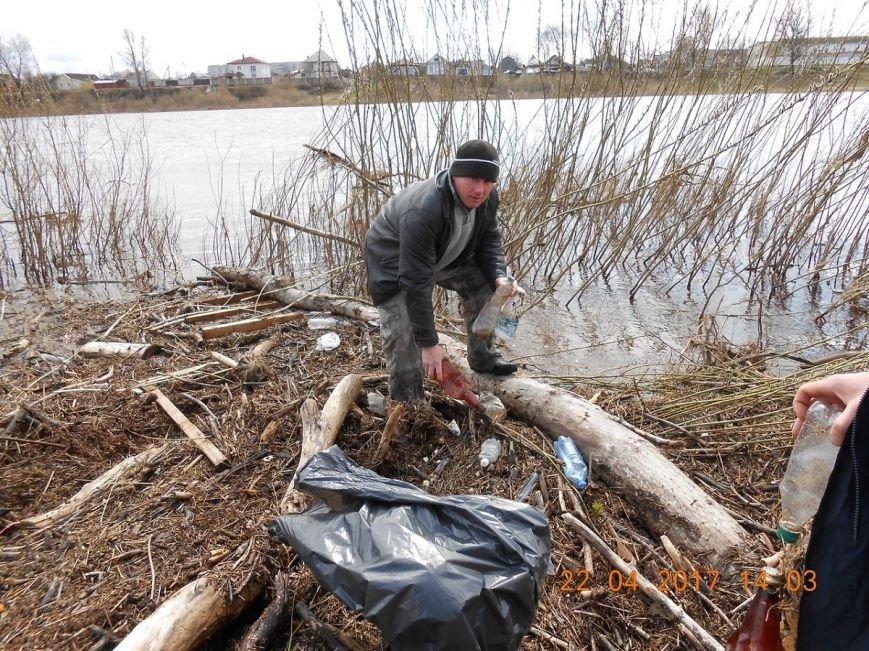 «За день загрузили 12 контейнеров мусора». Как рыбаки-волонтеры убирали берег Западной Двины. ФОТО, фото-6
