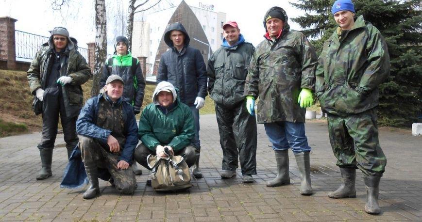 «За день загрузили 12 контейнеров мусора». Как рыбаки-волонтеры убирали берег Западной Двины. ФОТО, фото-1