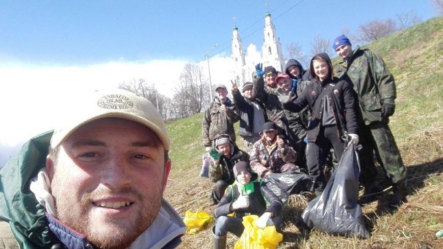 «За день загрузили 12 контейнеров мусора». Как рыбаки-волонтеры убирали берег Западной Двины. ФОТО, фото-14
