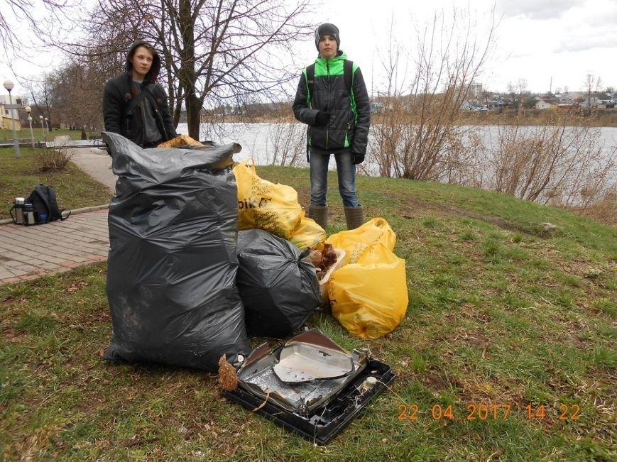 «За день загрузили 12 контейнеров мусора». Как рыбаки-волонтеры убирали берег Западной Двины. ФОТО, фото-3