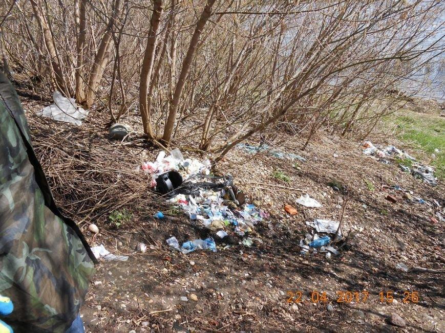 «За день загрузили 12 контейнеров мусора». Как рыбаки-волонтеры убирали берег Западной Двины. ФОТО, фото-5
