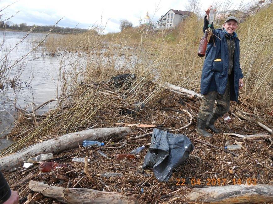 «За день загрузили 12 контейнеров мусора». Как рыбаки-волонтеры убирали берег Западной Двины. ФОТО, фото-9