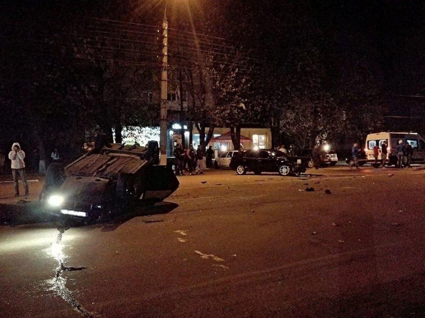 """ДТП біля кафе """"Лабіринт"""": автівка перекинулася догори колесами (ФОТО), фото-1"""