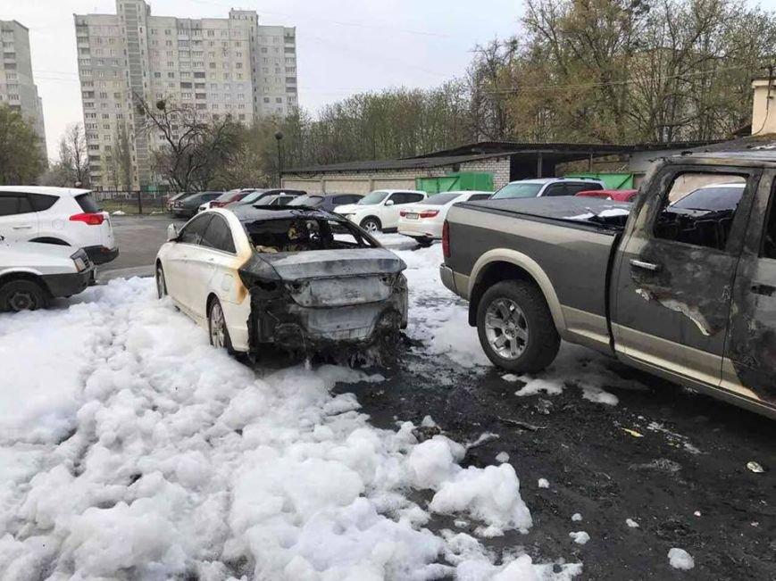 Пожар на харьковской автостоянке: полиция начала расследование возгорания трех иномарок (ФОТО), фото-1