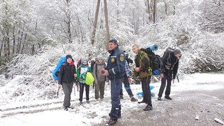 Из-за сильного снегопада в горах Крыма эвакуировали группу туристов (ФОТО), фото-1