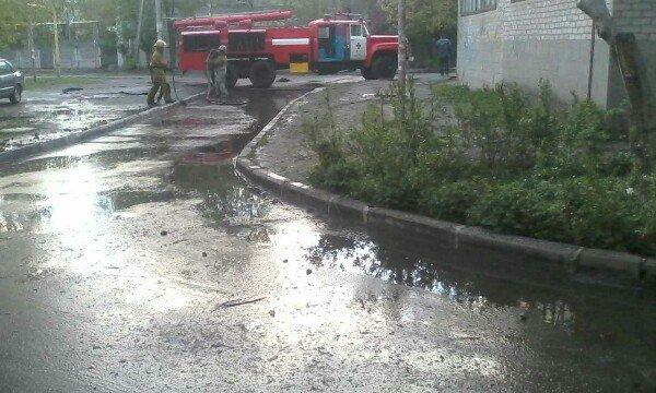 Улицу в городе затопило так, что пришлось вызывать спасателей, фото-1