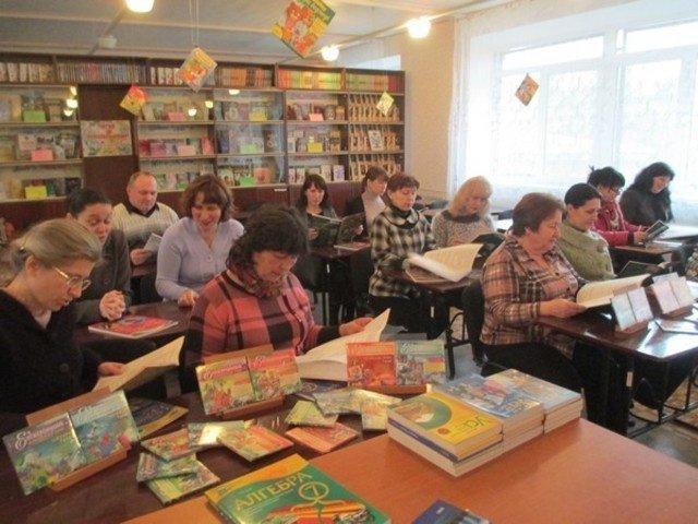 Около тысячи экземпляров книг получили школьные библиотеки Бахмута от издательской группы «Основа», фото-1