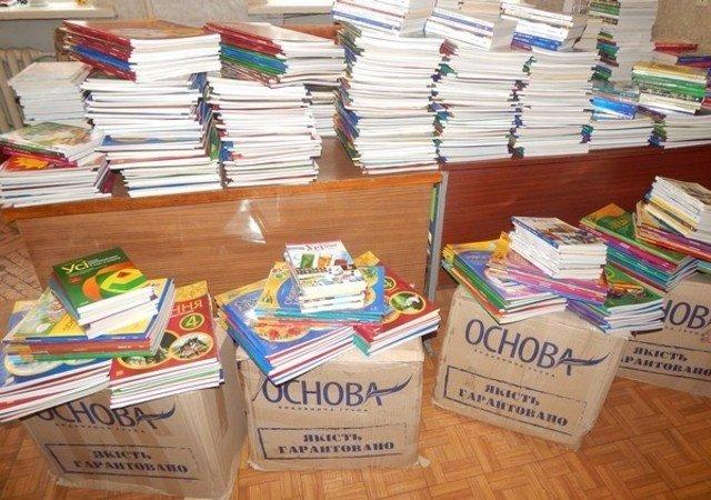 Около тысячи экземпляров книг получили школьные библиотеки Бахмута от издательской группы «Основа», фото-4