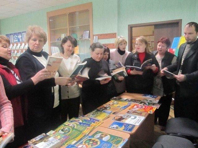 Около тысячи экземпляров книг получили школьные библиотеки Бахмута от издательской группы «Основа», фото-2