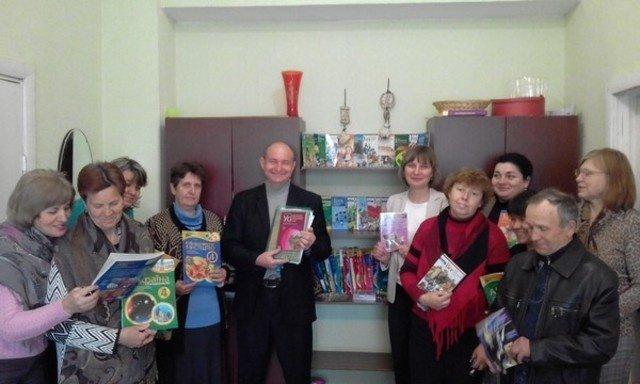 Около тысячи экземпляров книг получили школьные библиотеки Бахмута от издательской группы «Основа», фото-3