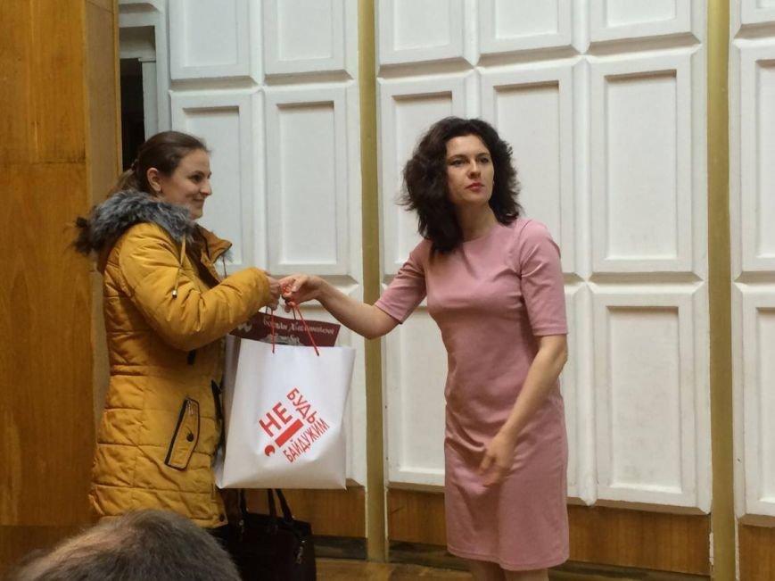 В Мариуполь завезли 7 тонн книг о разных периодах истории Украины (ФОТО, ВИДЕО), фото-3