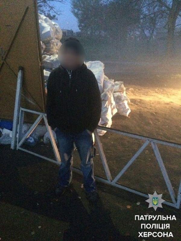 Херсонские патрульные задержали гражданина с куском дорожного ограждения (фото), фото-1