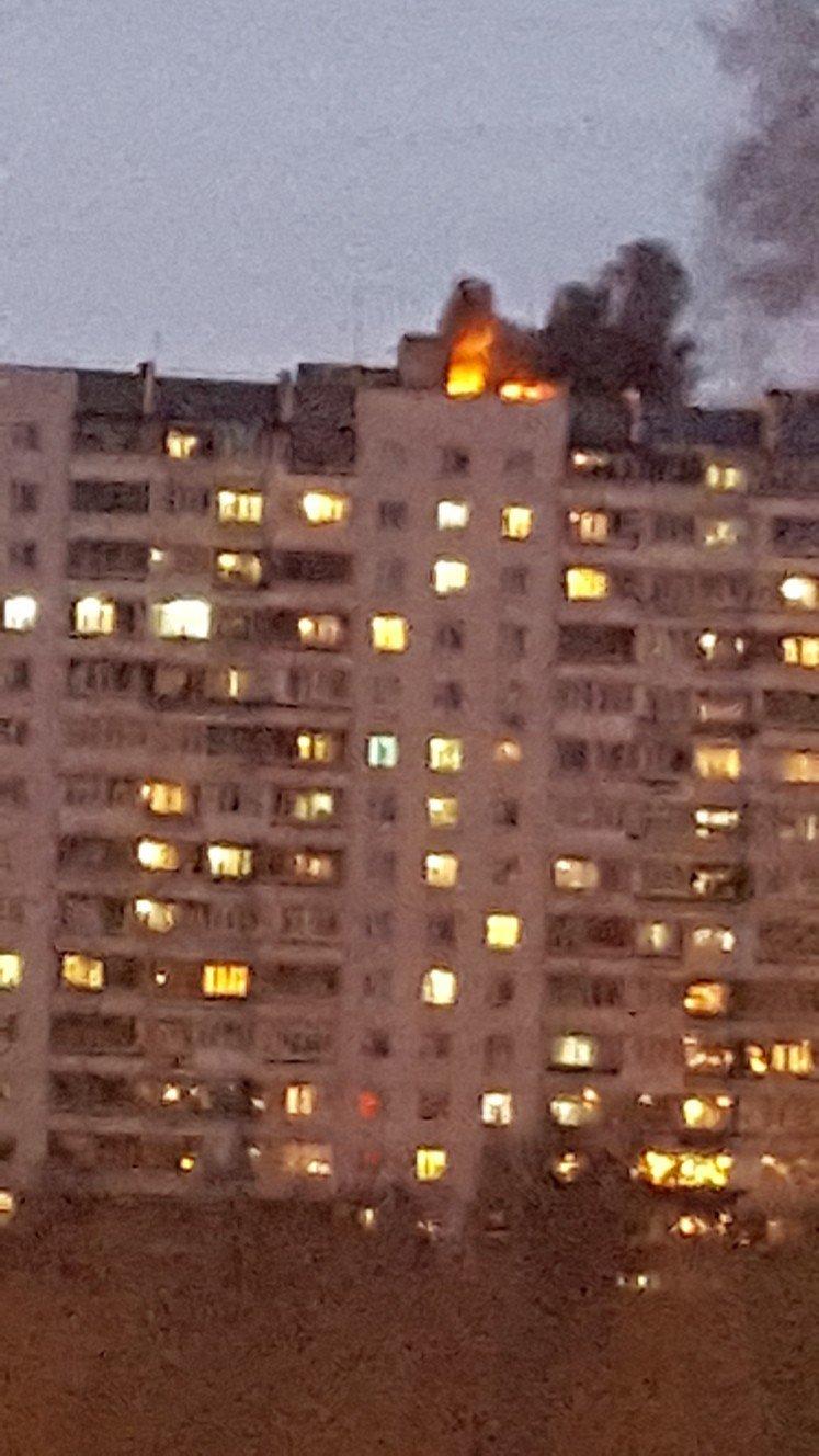 Пожар над Нижневартовском. Загорелась крыша шестнадцатиэтажки, фото-2