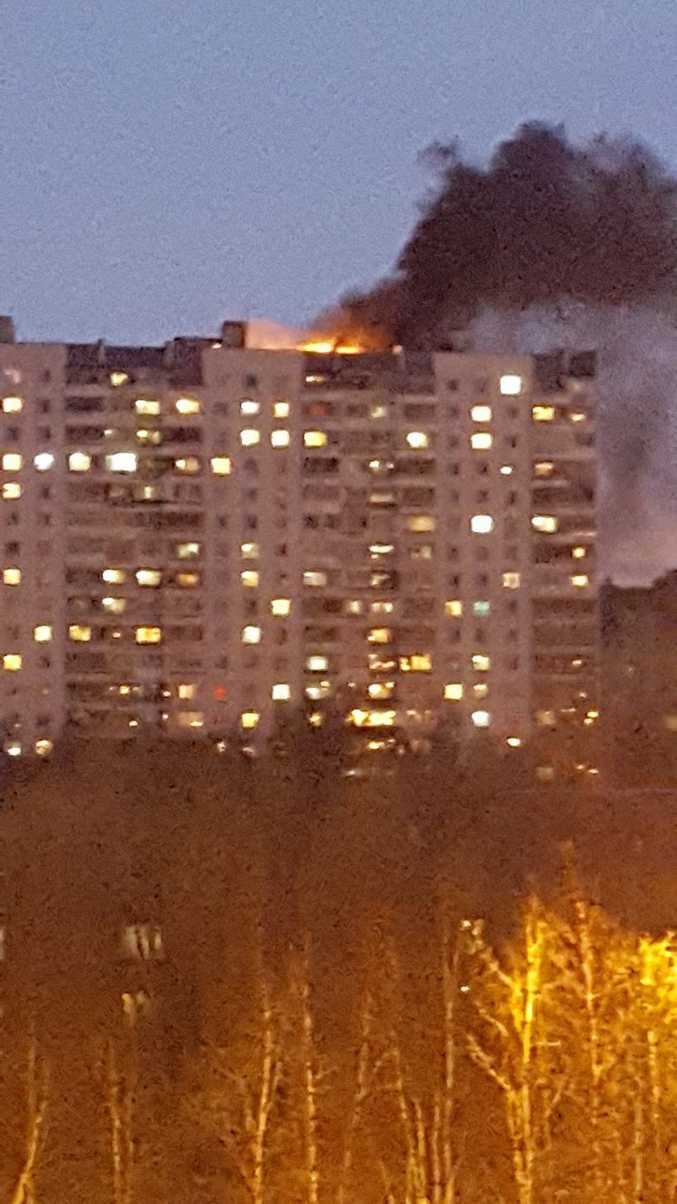 Пожар над Нижневартовском. Загорелась крыша шестнадцатиэтажки, фото-1