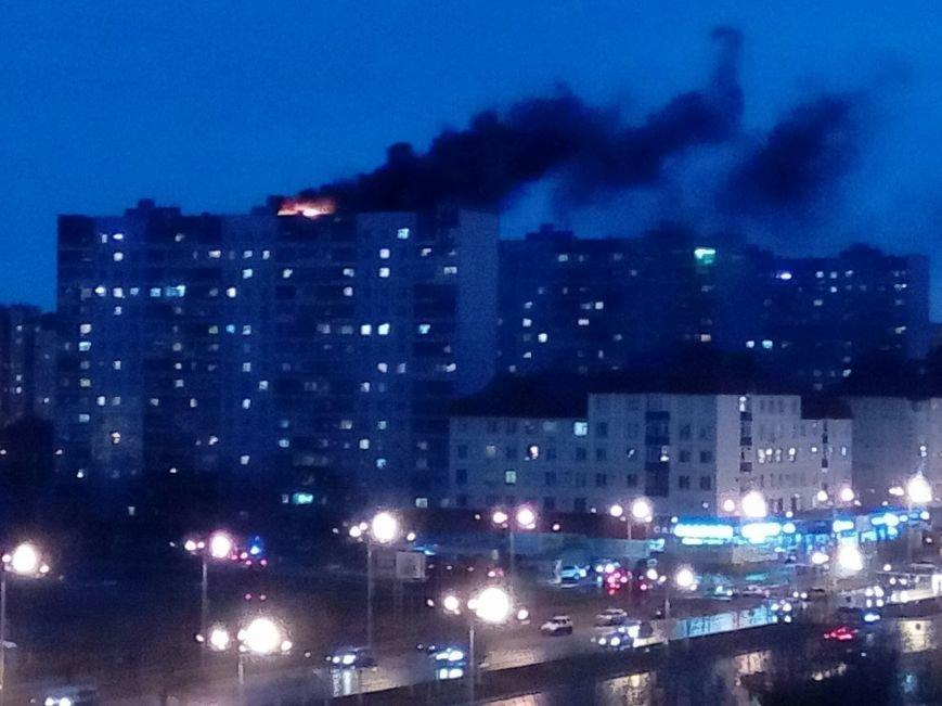 Пожар над Нижневартовском. Загорелась крыша шестнадцатиэтажки, фото-3