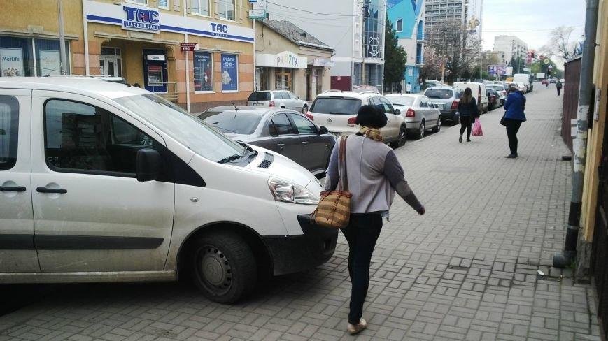 """Як """"олень"""" запаркував мікроавтобус на тротуарі вулиці Швабської в Ужгороді: фото, фото-1"""