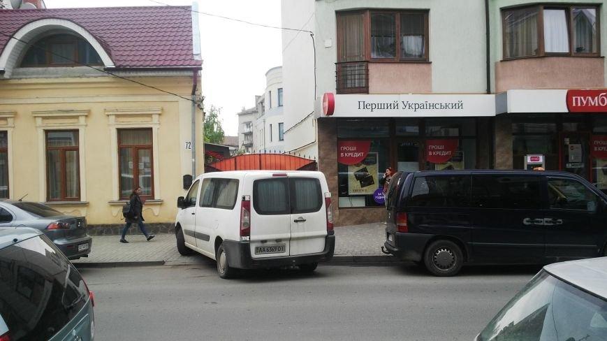"""Як """"олень"""" запаркував мікроавтобус на тротуарі вулиці Швабської в Ужгороді: фото, фото-2"""