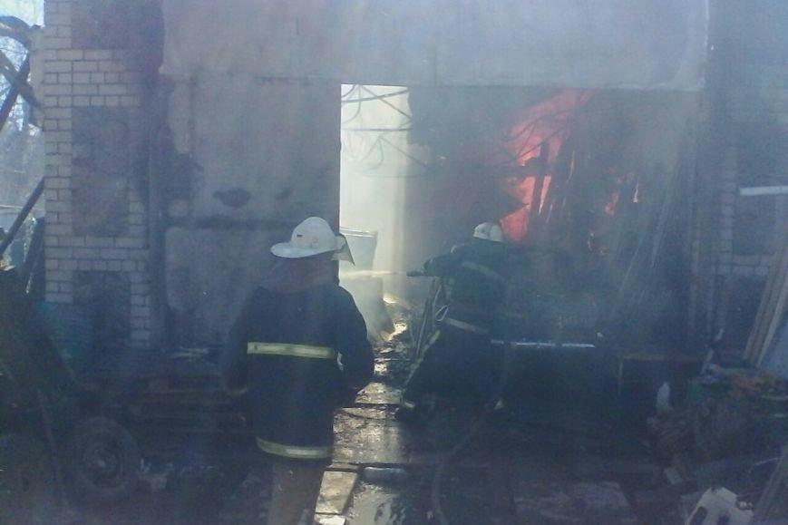 На проспекте Дзюбы горят гаражи с машинами (ФОТО), фото-1