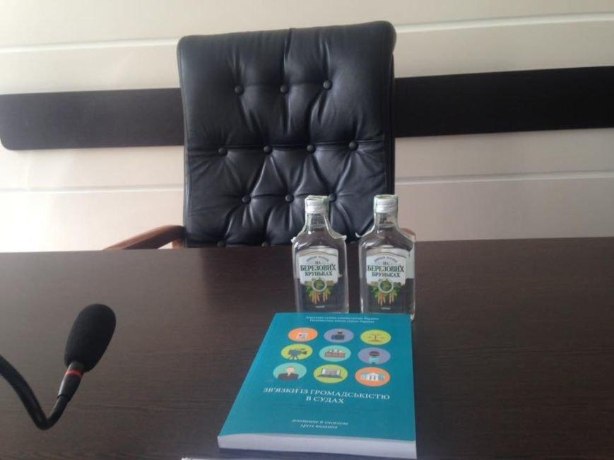 Одесские активисты вручили две бутылки водки судье-пьянице (ФОТОФАКТ), фото-1