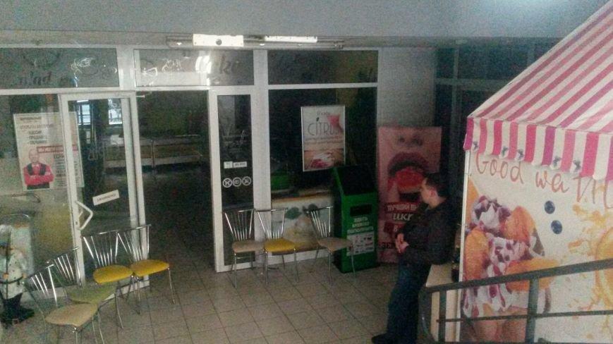 В Мариуполе известный супермаркет вывозит продукцию и оборудование и не впускает посетителей (ФОТО+ВИДЕО), фото-2
