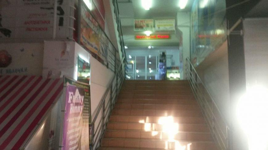 В Мариуполе известный супермаркет вывозит продукцию и оборудование и не впускает посетителей (ФОТО+ВИДЕО), фото-1