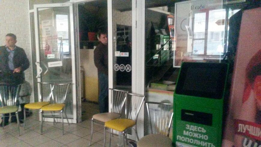 В Мариуполе известный супермаркет вывозит продукцию и оборудование и не впускает посетителей (ФОТО+ВИДЕО), фото-3
