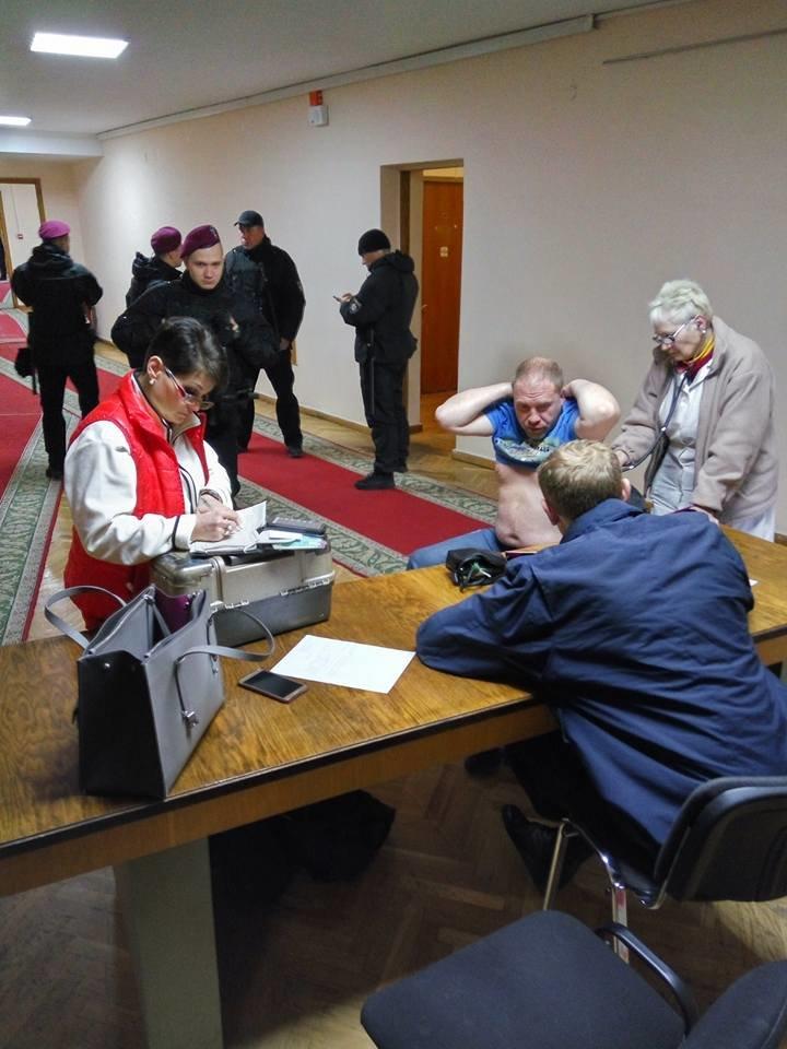 В горсовете Днепра произошла драка с участием мэра Филатова и его заместителя Лысенко: активисту ОСМД разбили лицо, фото-1