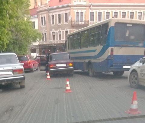 """В Ужгороді на Петефі на пішохідному переході автобус зіткнувся із """"Жигулі"""": фото, фото-1"""