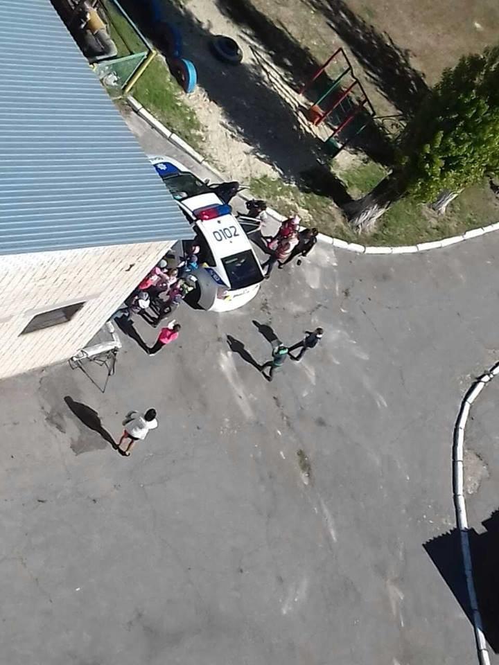 Патрульные полицейские в одном из детсадов Херсона занимаются с малышами (фото), фото-2