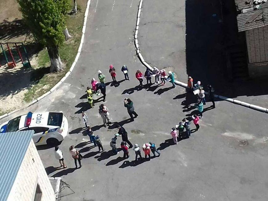 Патрульные полицейские в одном из детсадов Херсона занимаются с малышами (фото), фото-1