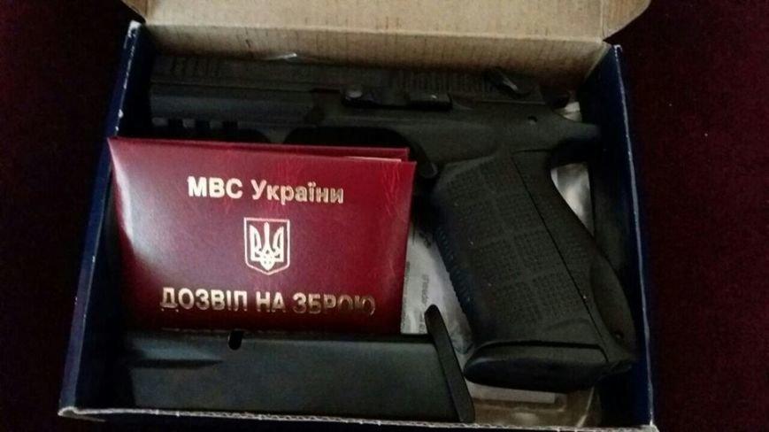 Заступник начальника поліції Ужгорода показав, який пістолет йому подарував Аваков: фото, фото-1