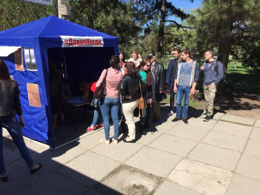 В Симферополе установили палатки, в которых собирают подписи за отставку ректора КФУ (ФОТО), фото-1