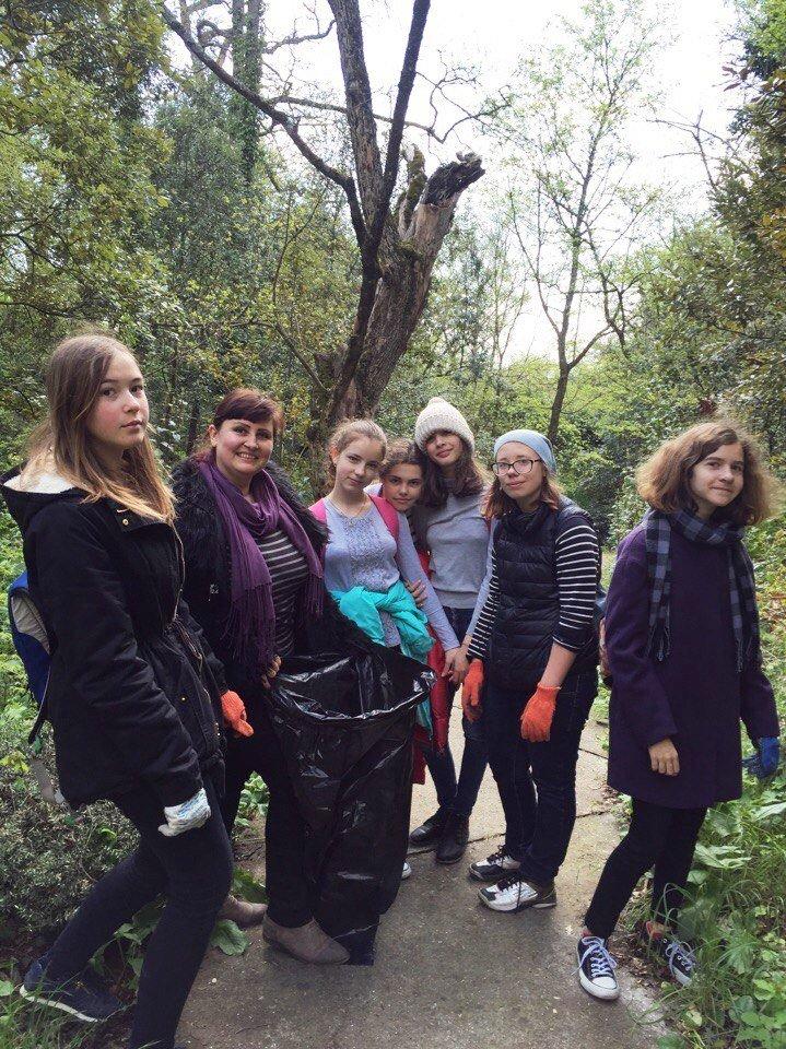 Юные ялтинцы провели субботник в Массандровском парке, фото-2