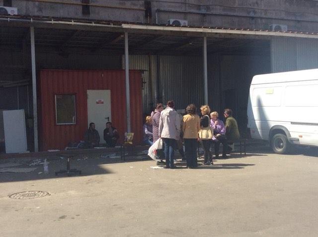 """В Мариуполе сотрудникам магазина """"Зеркальный"""" не отдают оборудование, товар и личные вещи, фото-3"""